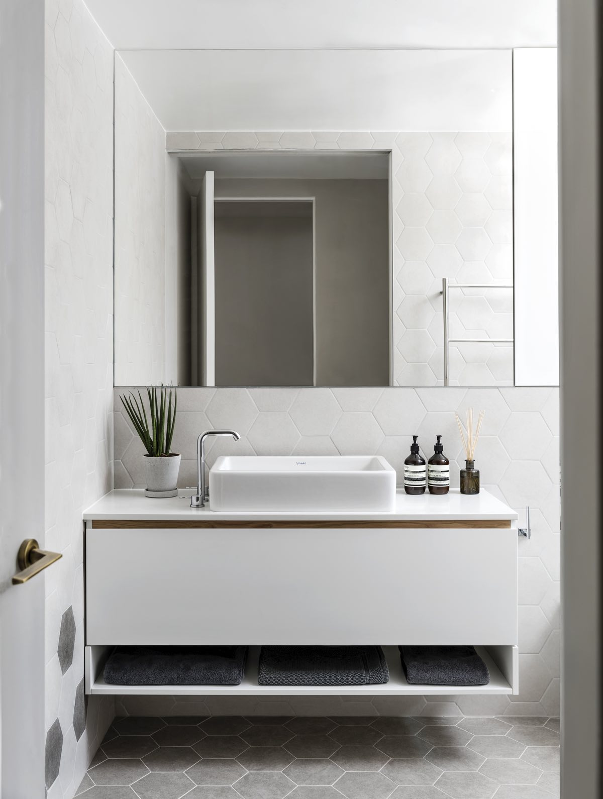 contemporary bathroom with white washing basin and mirror
