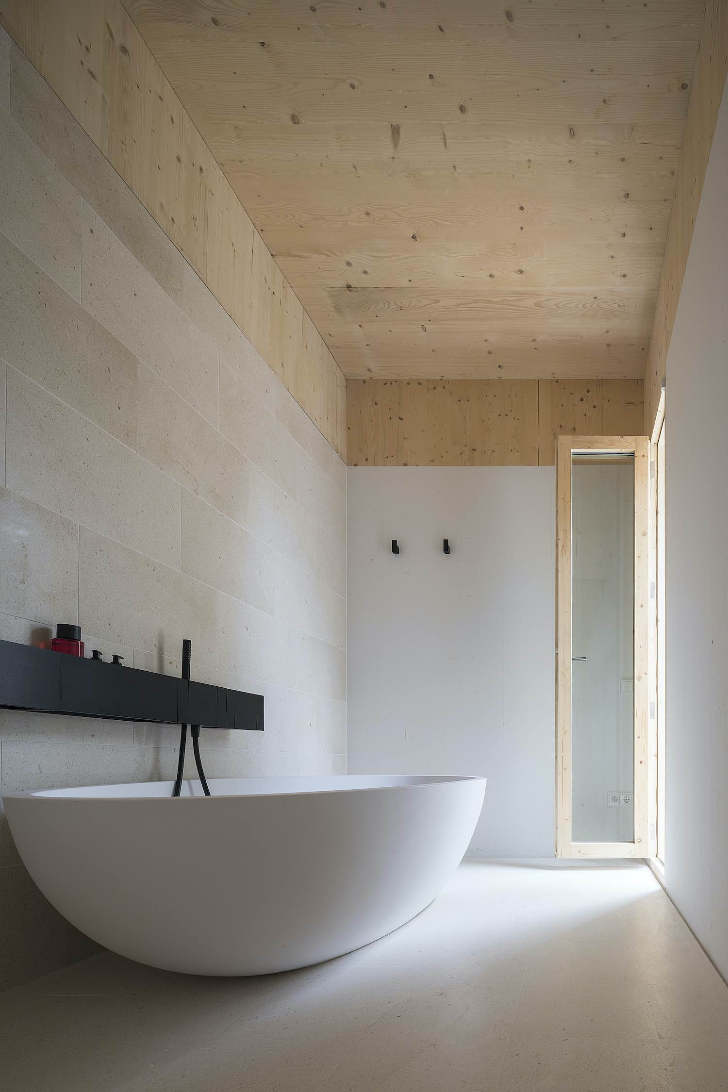 white oval shape bathtub