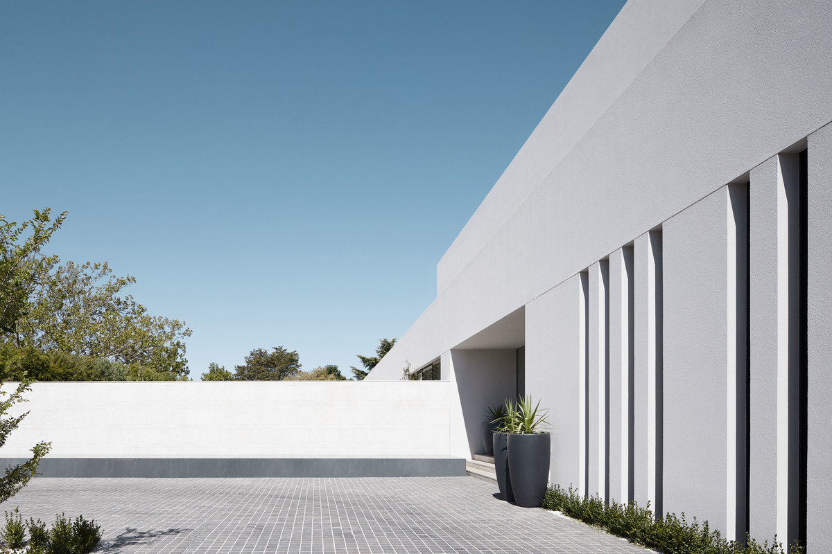The yard of Red Hill House designed by Mathieson Architects