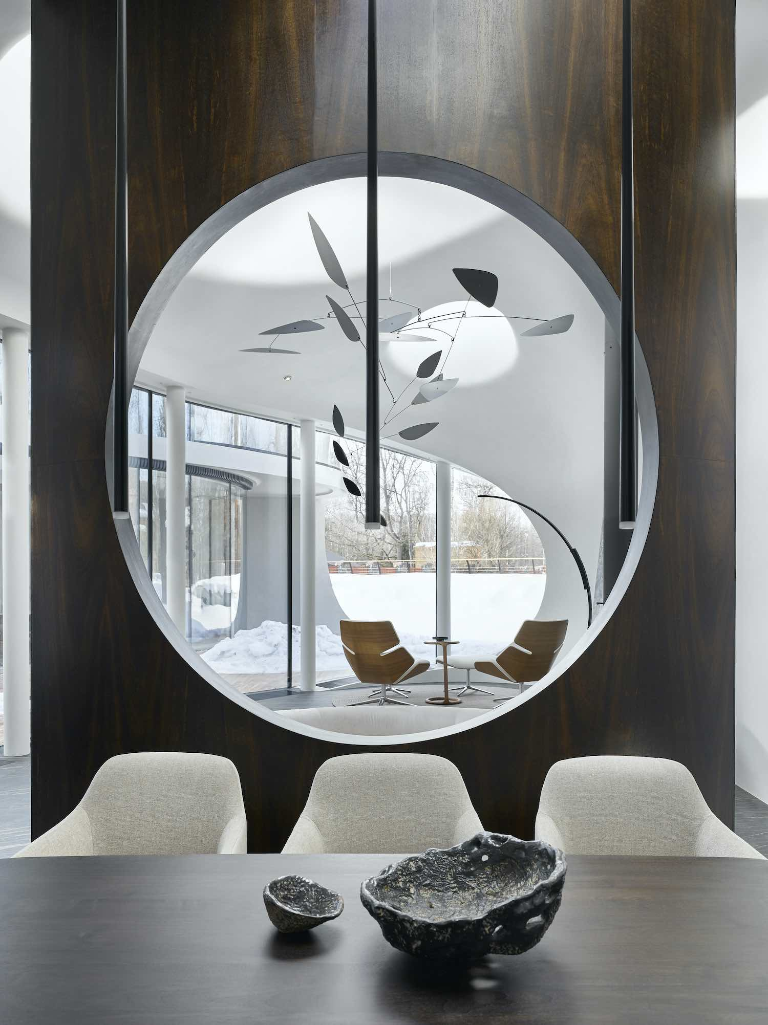 a circular opening in the wall between dining area and living room