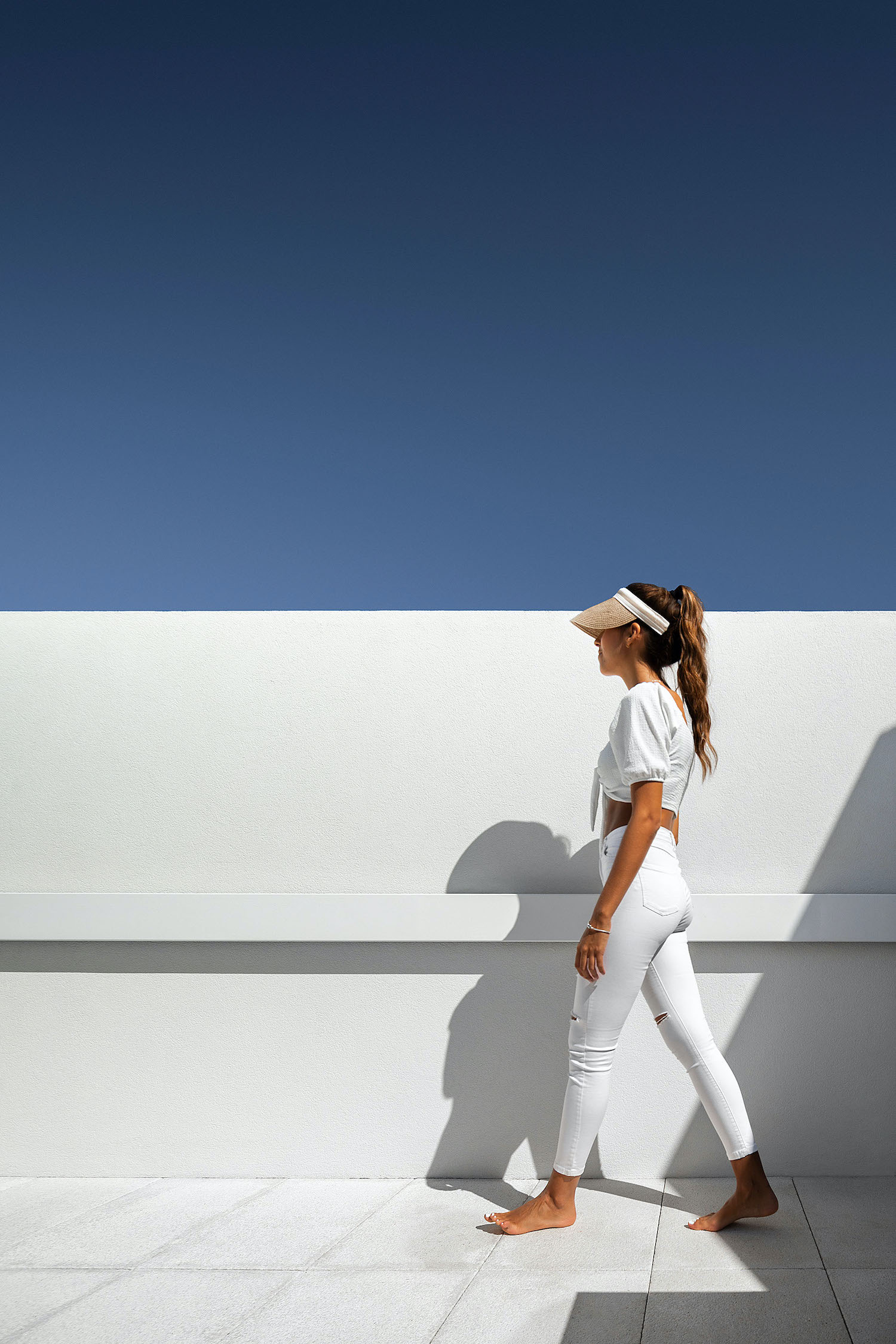 girl with barefoot food walking on the roof