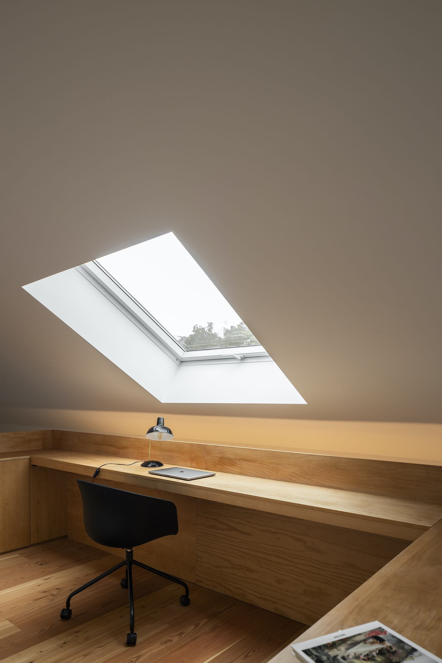 open window in the ceiling let the sunlight enters the office room