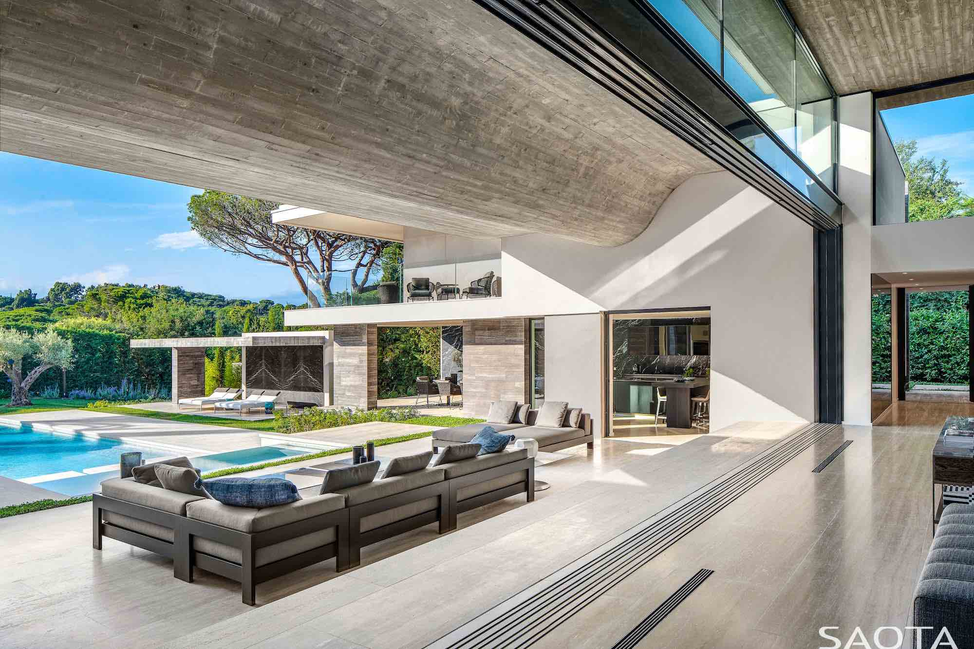 Le Pine, a family home designed by SAOTA has a dramatically folded floating roof